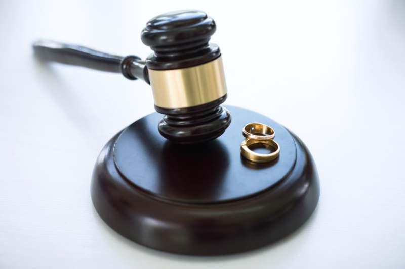 כיצד מחלקים זכויות בעסק בעת גירושין, כשרק צד אחד מנהל את העסק?
